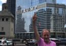 La foto di Renzo Ulivieri che fa il dito medio alla Trump Tower, a Chicago