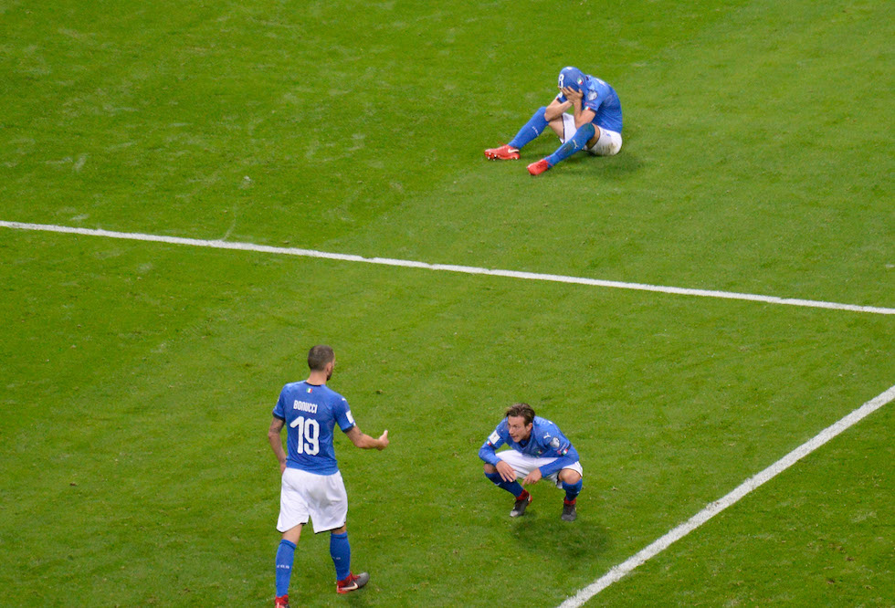 Italia-Svezia 0-0, i giocatori azzurri sconsolati al fischio finale. Foto: Dino Panato/Getty Images.