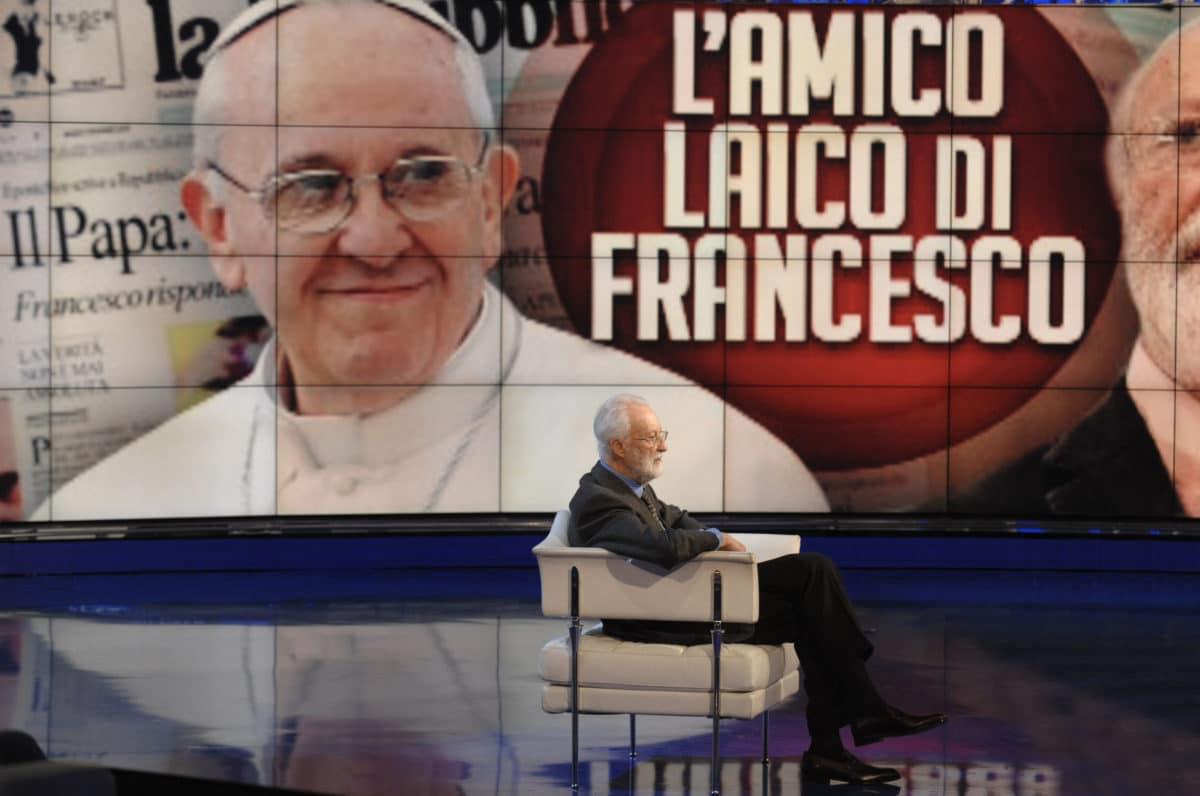 eugenio scalfari, papa francesco sullo sfondo