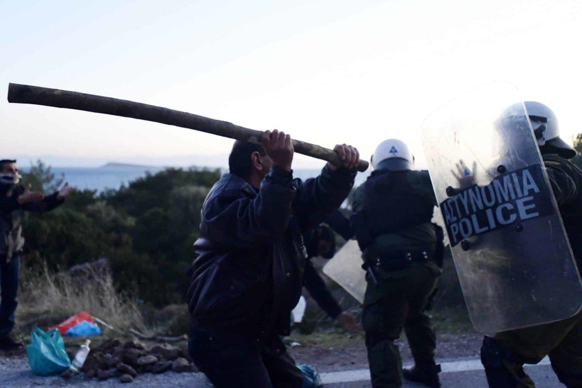 Guerriglia in Grecia, nelle isole scoppia la rivolta contro i centri per immigrati