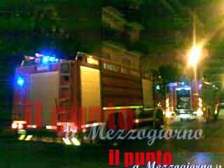 Domato l'incendio nel palazzo a Cisterna, 20 persone salvate con autoscala e quattro intossicati