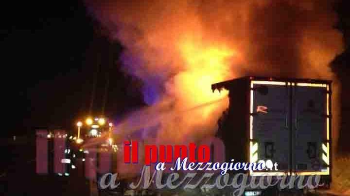 Camion in fiamme sull'autostrada Roma Napoli, traffico rallentato tra Cassino e Pontecorvo
