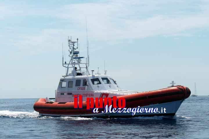 Elicottero e motovedetta per soccorrere in mare un uomo colto da malore su nave da Crociera