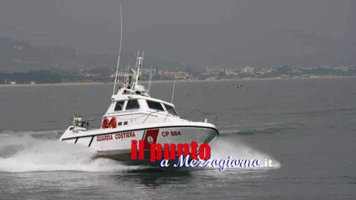 Gaeta, praticano sci nautico in porto davanti la sede della Guardia Costiera: sanzionati per oltre 1.000 euro