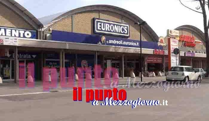 """Alatri, con auto """"ariete"""" sfondano ingresso centro commerciale: immagini telecamere al vaglio dei carabinieri"""