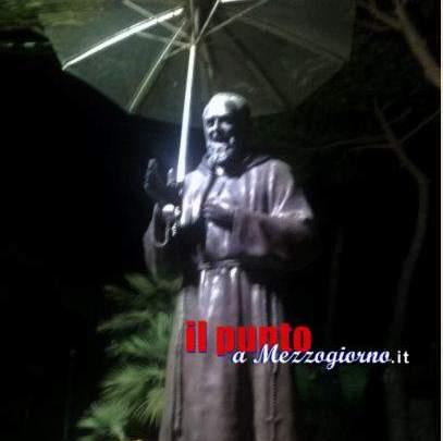 Padre Pio con l'ombrello, a Cellole i devoti del Santo di Pietrelcina si preoccupano della salite della statua
