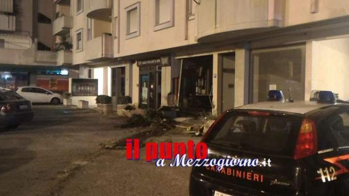 Sradicano il bancomat e lo trascinano sull'asfalto, i carabinieri lo ritrovano seguendo il solco