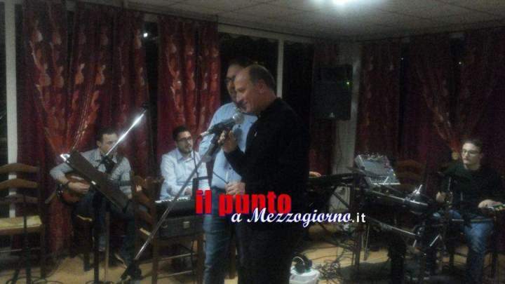 Il Vescovo Antonazzo canta i brani di Morandi con i giovani a Posta Fibreno