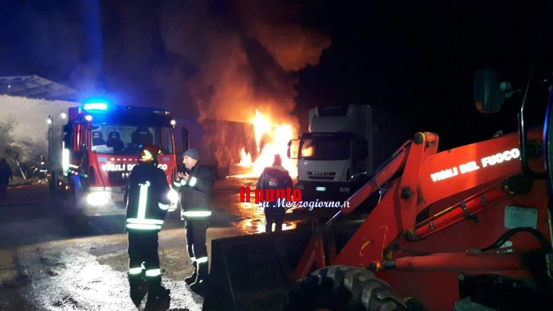 incendio distrugge due mezzi meccanici in cava a Coreno, indagini in corso