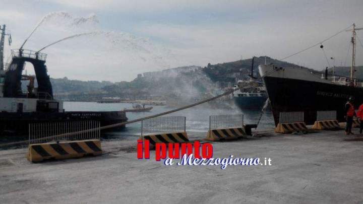 Simulazione di esplosione su una nave nel porto di Gaeta, operazioni coordinate dalla Capitaneria di Porto