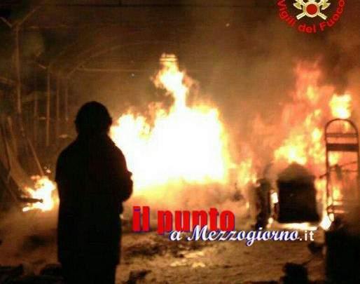Emergenza incendi a Latina, serre agricole distrutte dalle fiamme e case minacciate