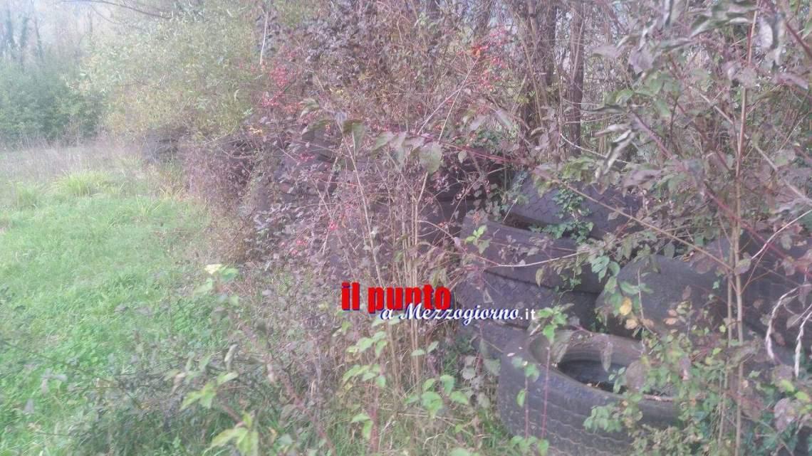 Un muro di pneumatici nella campagna di Cassino