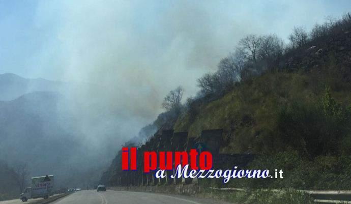 Incendio sterpaglie arriva alle case: Torrice assediata da fiamme