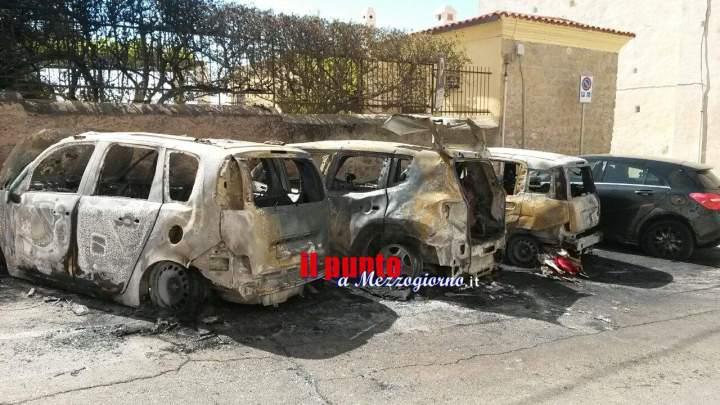 Auto in fiamme a Gaeta, incendio doloso distrugge tre auto
