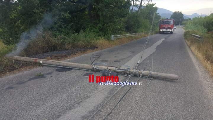 San Giorgio a Liri: Palo finisce in strada a causa di un rogo