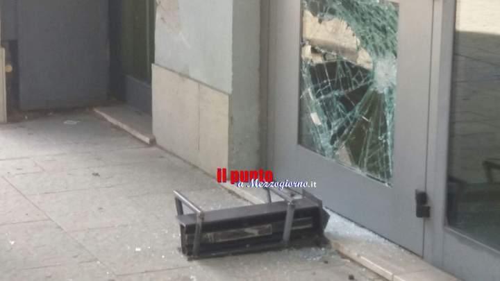Tentano l'assalto alla banca Unicredit di Cassino con carriola e ariete, due ricercati