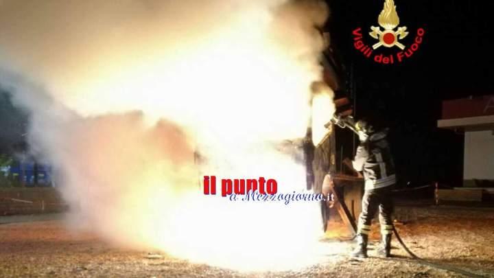 Piattaforma aerea in fiamme a Terracina, indagini in corso