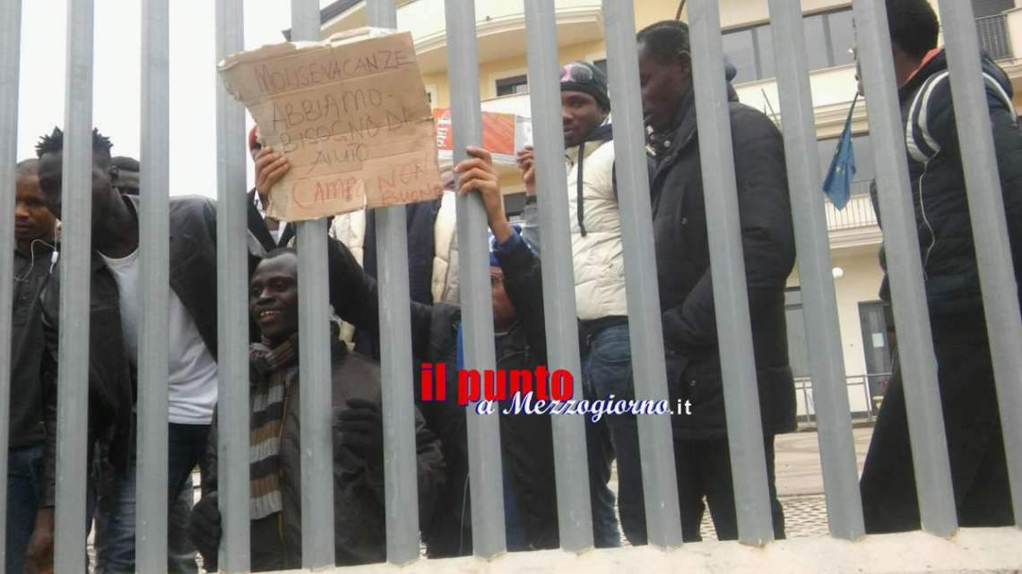 """Protesta degli immigrati a Cassino, vitto e alloggio """"no buono"""" – FOTO e VIDEO"""