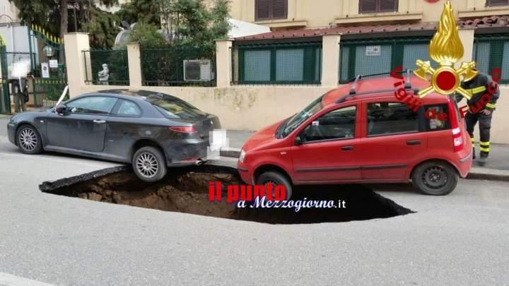 Si apre una voragine a Roma e minaccia di inghiottire due auto