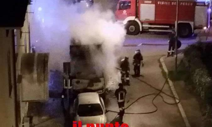 VIDEO – Camion in fiamme in pieno centro a Cassino, paura tra i residenti