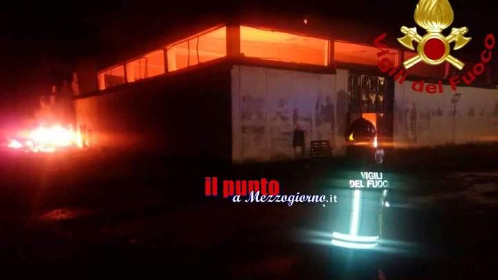 Incendio all'archivio del Comune di Pomezia, danneggiati anche scuolabus