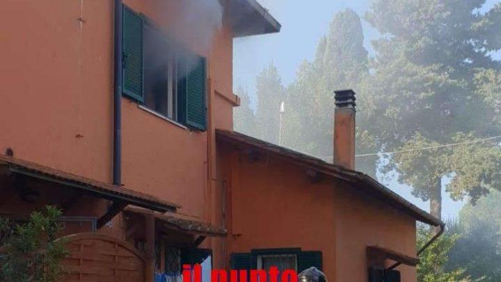 Casa in fiamme ad Aprilia, i vigili del fuoco hanno evitato che l'incendio si propagasse