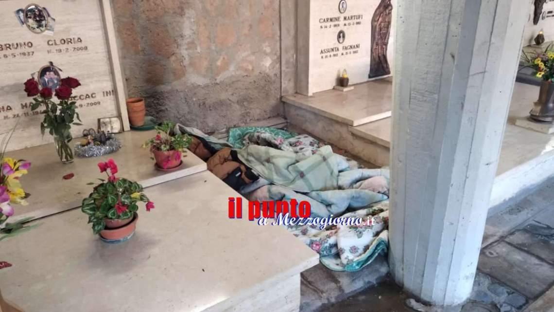 Disadattato dorme tra le tombe, la paura del freddo supera quella per i morti