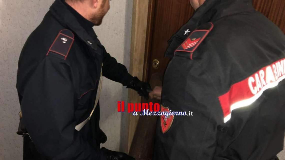 Momenti di panico a Cassino, 44enne tenta di entrare in stazione con l'auto e poi lancia oggetti contro i carabinieri