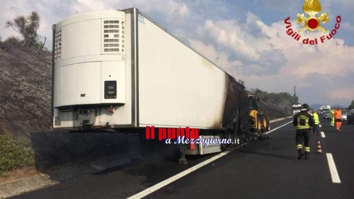 Tir che trasportava angurie va a fuoco in A1, illeso l'autista