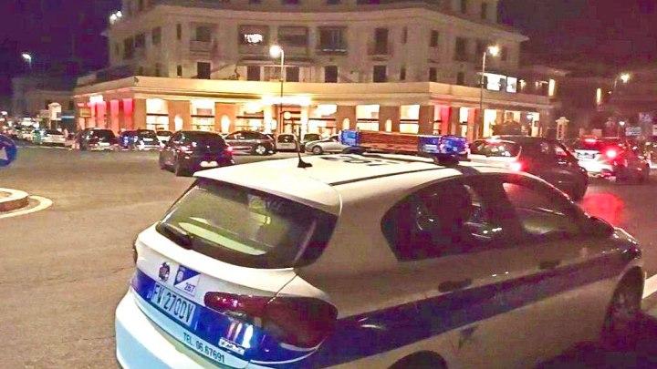 Ostia, lancio di bottiglie verso i passanti, Polizia Locale blocca 8 ragazzi