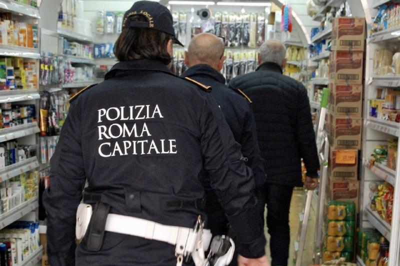 Assembramento e consumo di alcolici nel seminterrato di un minimarket a Roma