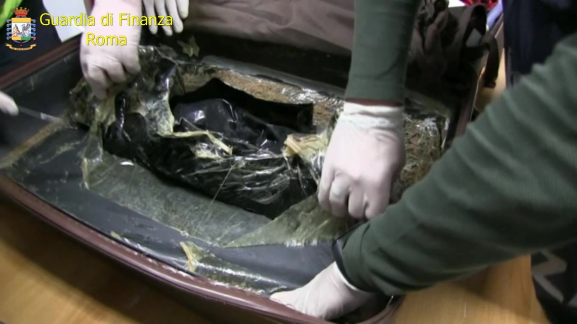 Roma – Sequestrati 52 chili di droga all'aeroporto di Fiumicino, 18 corrieri arrestati