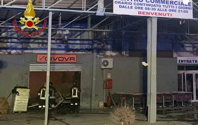 Grosso incendio in un magazzino di prodotti cinesi a Mondragone