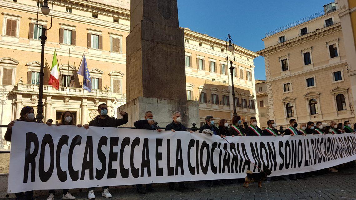 """""""Non siamo la discarica di Roma"""", dieci sindaci del Cassinate in piazza di Montecitorio a Roma"""