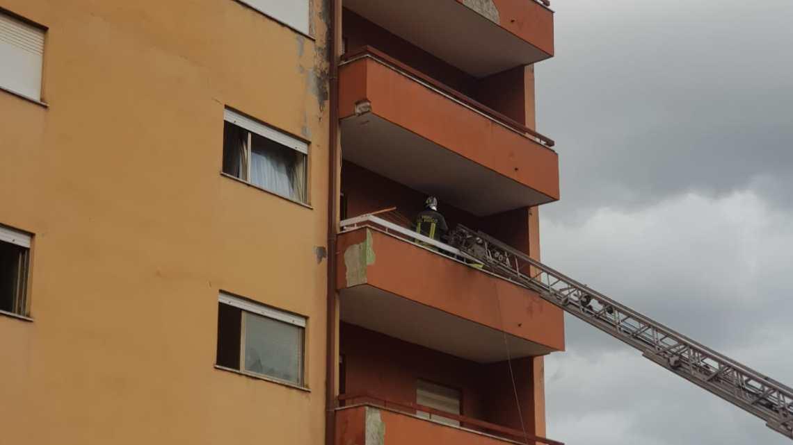 Incendio al terzo piano a Pontecorvo, vigili del fuoco sul posto