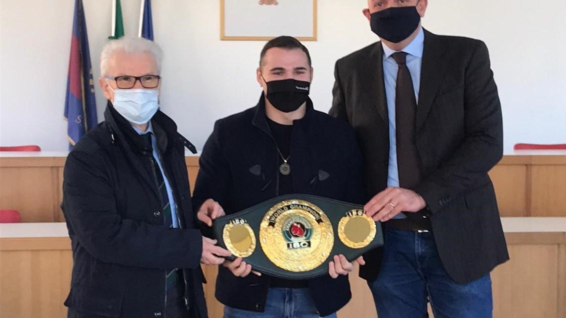 """Fondi – Il sindaco Maschietto incontra il campione mondiale di boxe Michael """"Lonewolf"""" Magnesi"""