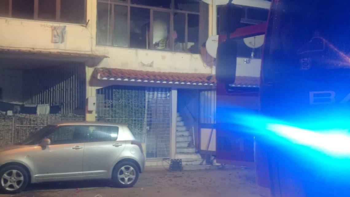 Incendio all'ultimo piano di una palazzina a Castel Volturno, un morto