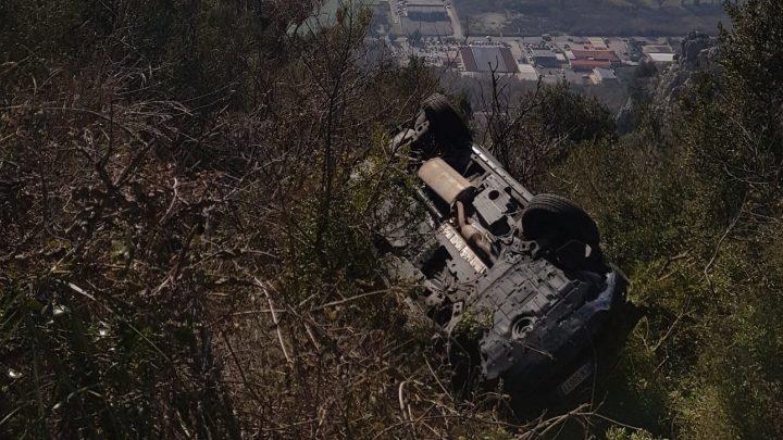 Auto fuori strada su Montecassino, automobilista incastrato