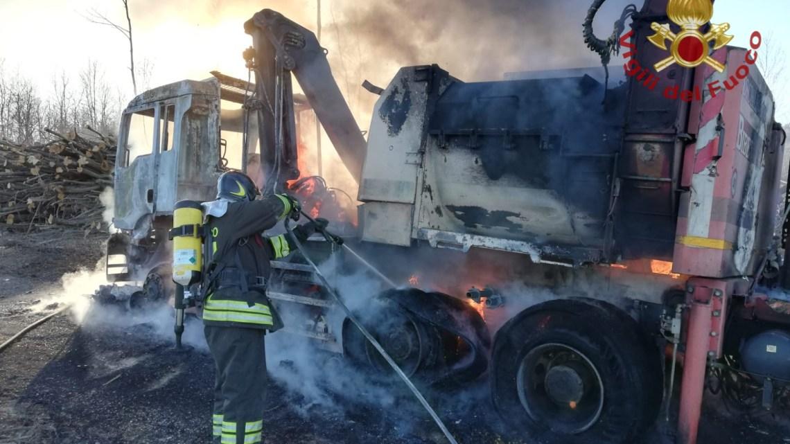 Cippatrice in fiamme a Civitanova del Sannio, intervengono i vigili del fuoco