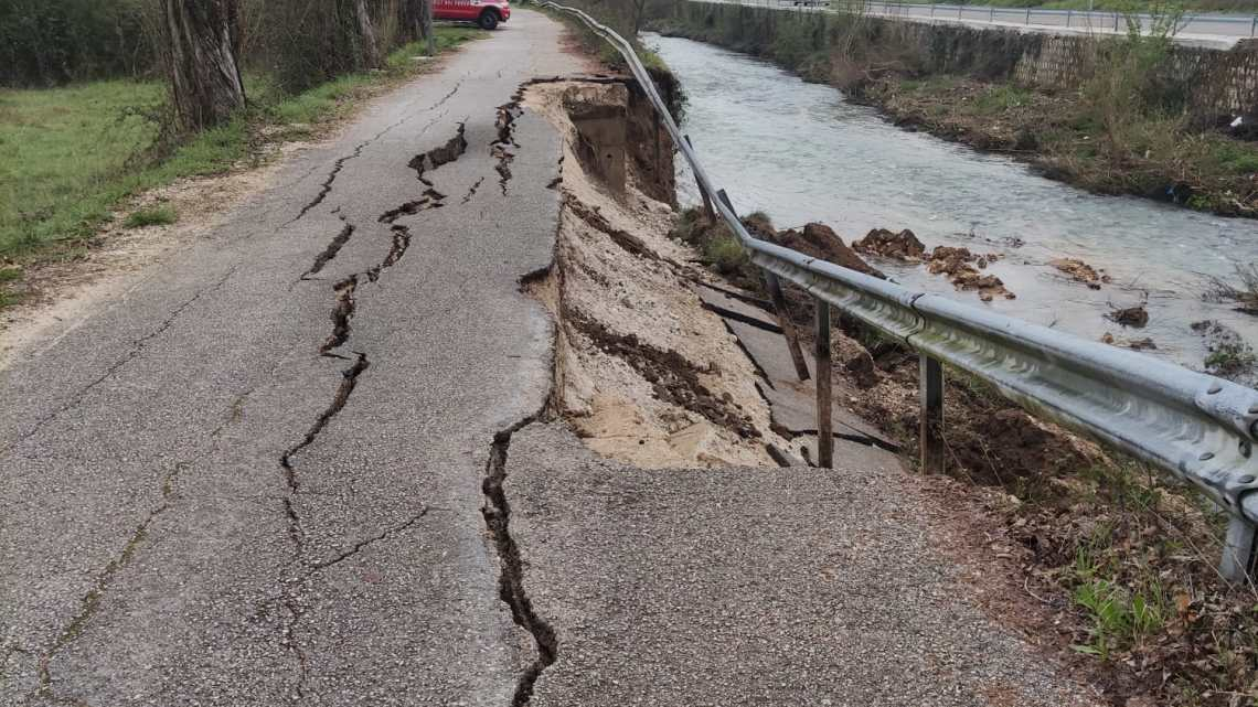 Cassino – Cede tratto di 20 metri di pista ciclabile e finisce nel Rapido