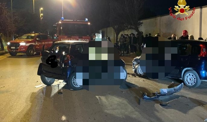 Schianto tra due auto ad Aversa, tre feriti