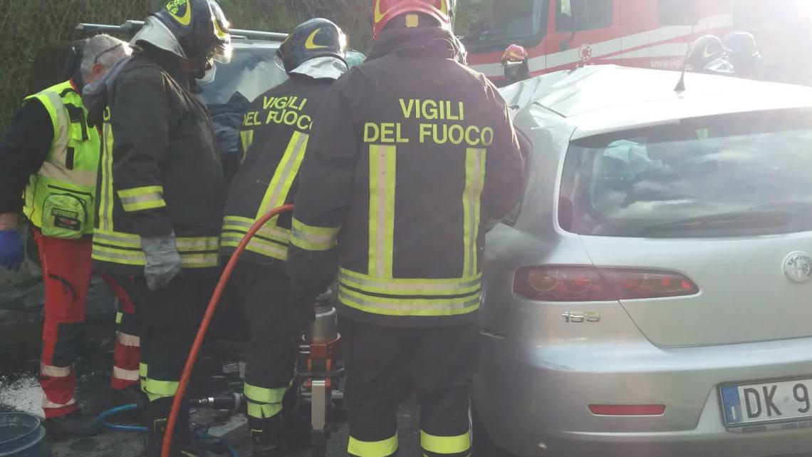 Scontro frontale tra due auto a Paliano, un morto e un ferito grave