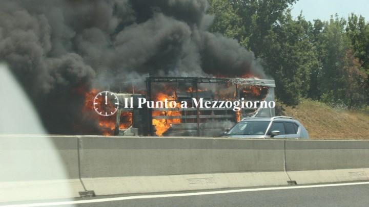 Tir in fiamme in autostrada, attenzione sull'A1