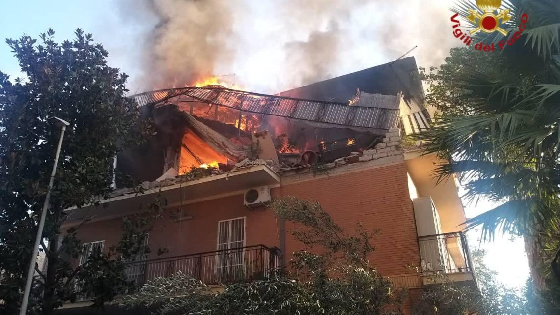 Esplosione in appartamento a Roma, tre feriti e si cercano dispersi