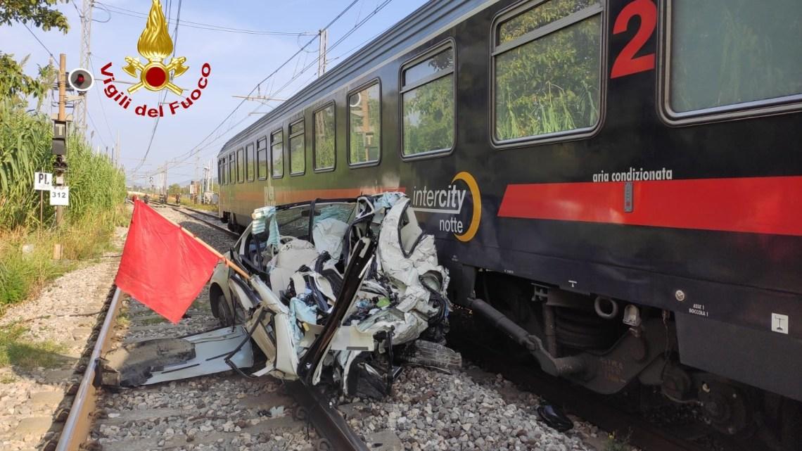Caserta – Scontro tra 500 e intercity al passaggio a livello, circolazione ferroviaria sospesa