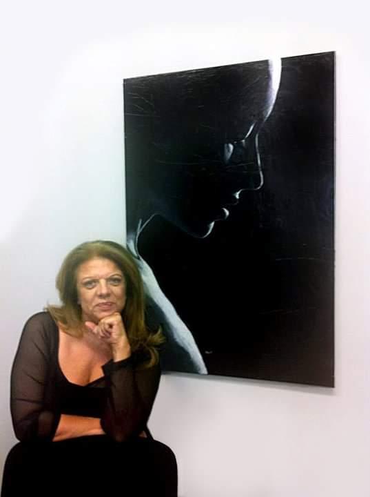 La regista Rossella Izzo posa con un dipinto ricevuto in regalo da Yoon