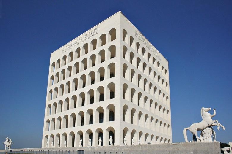 Palazzo della Cività Italiana, monumento simbolo dell'EUR, reo per qualcuno di esser stato costruito durante il Fascismo