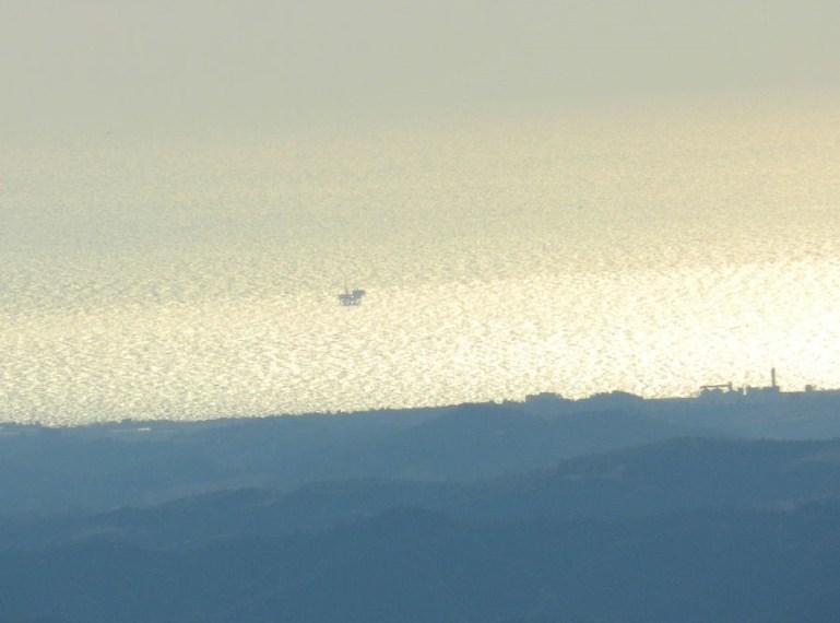 Una piattaforma a largo delle coste crotonesi, vista dai monti della Sila all'alba. - Foto di Gianluca Congi ©