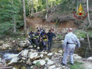 Uno dei momenti del difficile salvataggio di uno dei due dispersi - foto Vigili del Fuoco Cosenza