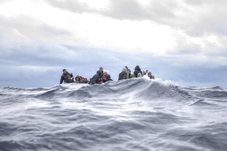 Nuova strage nel Mediterraneo: 50 migranti morti al largo della Libia